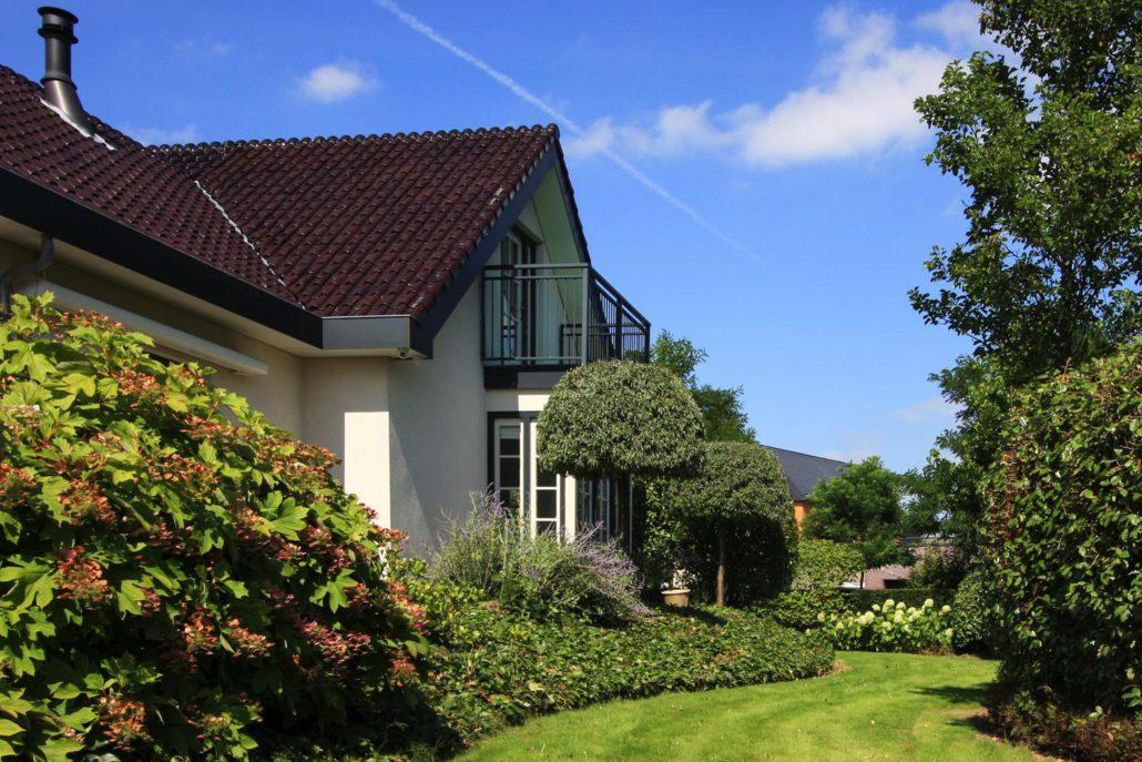 Eigentijdse tuin met rijke beplanting gerba groen