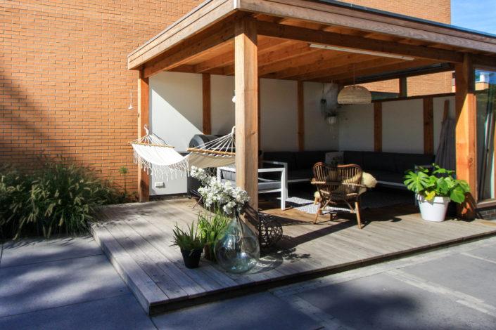 strakke tuin met overkapping hangmat